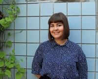 Kirjoittaja Meeri Riihelä ulkona sininen pusero päällään.