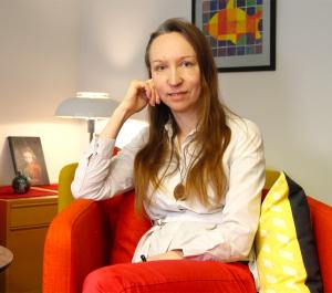 Kati Savela-Vilmari, pitkät hiukset ja punaiset housut.