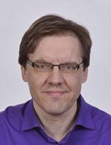 Blogitekstin kirjoittaja Teppo Rautjärvi katsoo suoraan kameraan.