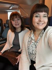 Selfie eli itse otettu kuva, jossa Tuuli ja Meeri hymyilevät junassa.