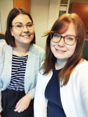 Kirjoittajat Meeri Riihelä ja Tuuli Riisalo hymyilevät iloisessa yhteiskuvassa.