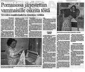 Saini Hovi viikkaa pyyheliinoja mankeliin ja Mirja Teittiseltä sujuvat keittiöaskareet jo rutiinilla.