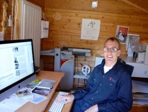 Tuomas Saloma on graafisen alan yrittäjänä Eurajoella