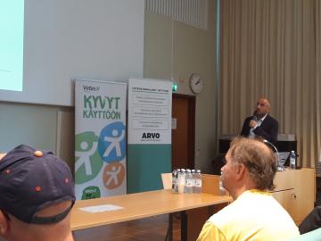 Vasi Gafiuc pitää puheenvuoroa seminaarissa.
