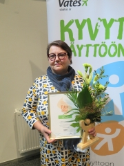 Lea Nikula Nuorten Ystävistä Tulisieli-palkinto ja kukat käsissään.