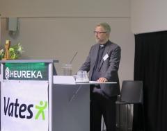 Petri Merenlahti esittämässä arkkipiispan tervehdystä.